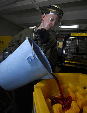 hydraulic-fluid-463px-US_Navy_090316-N-6597H-004_Boatswain's_Mate_2nd_Class_George_Cabeen_empties_used_hydraulic_fluid_into_a_storage_container